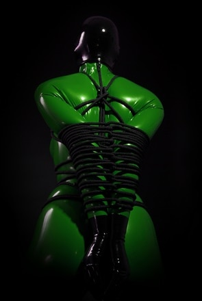 BDSM/SM bondage in latex pak