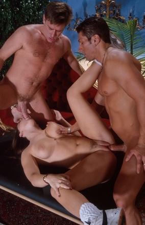 Opgewonden in de sexuele zin. Trio, een vrouw met twee mannen.