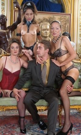 Vorm van Polygynie, man met die met drie vrouwen woont en ook sex heeft.
