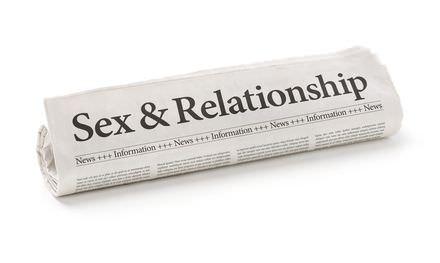 Aseksueel met een krant met seks en relaties
