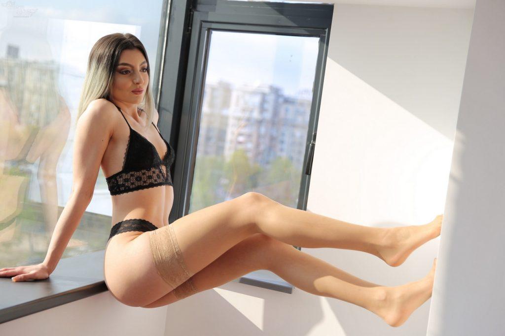 foto Aubrey Nova vrouw achter de ramen