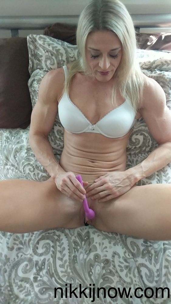 foto Nikki J aan het spelen mt haar favo seksspeeltje