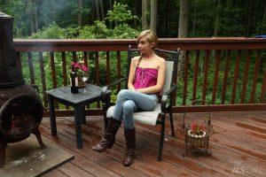 Kylie Nicole ondeugend op de veranda