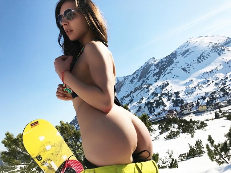 vrouw naakt in de bergen tijdens wintersport